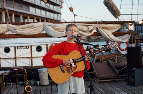 Norske Siri Birk fremfører egne sange